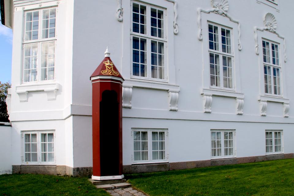 Будка гвардейца, украшенная монограммой королевы Маргрете II
