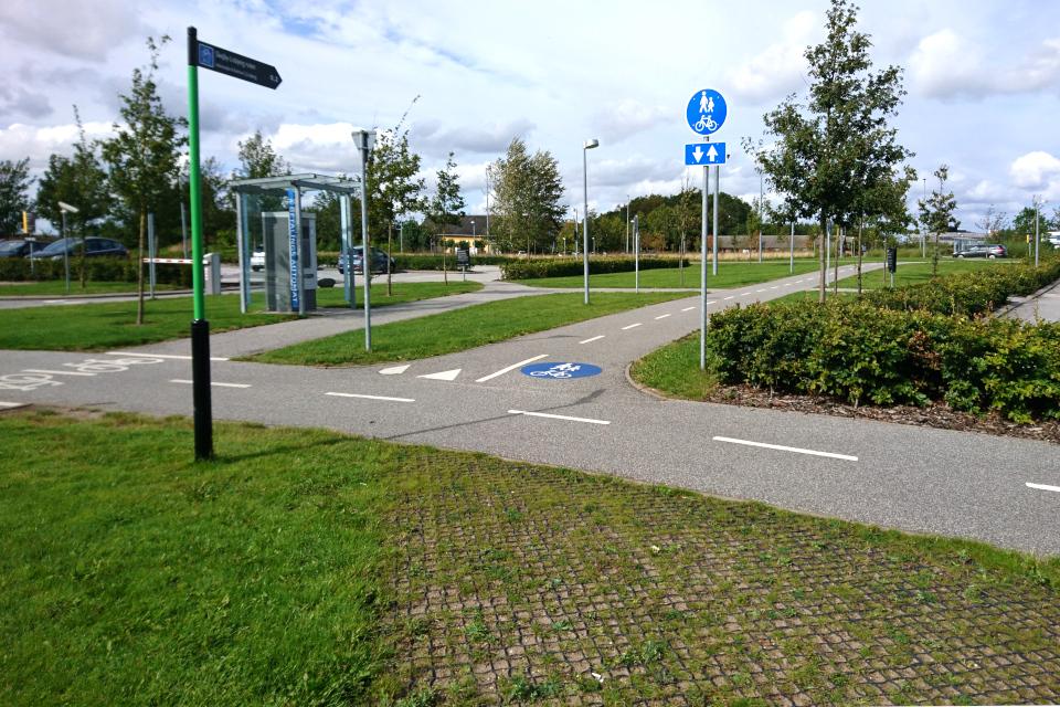 Дорожки для велосипедов и указатели. Университетская больница г. Орхуса / Aarhus N, Дания