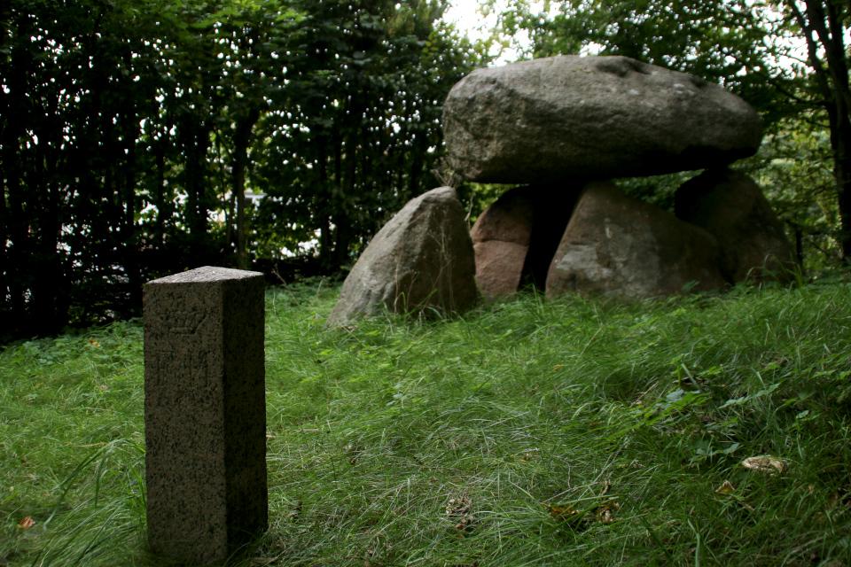 Каменный указатель объекта, охраняемого государством, возле дольмена Орслев