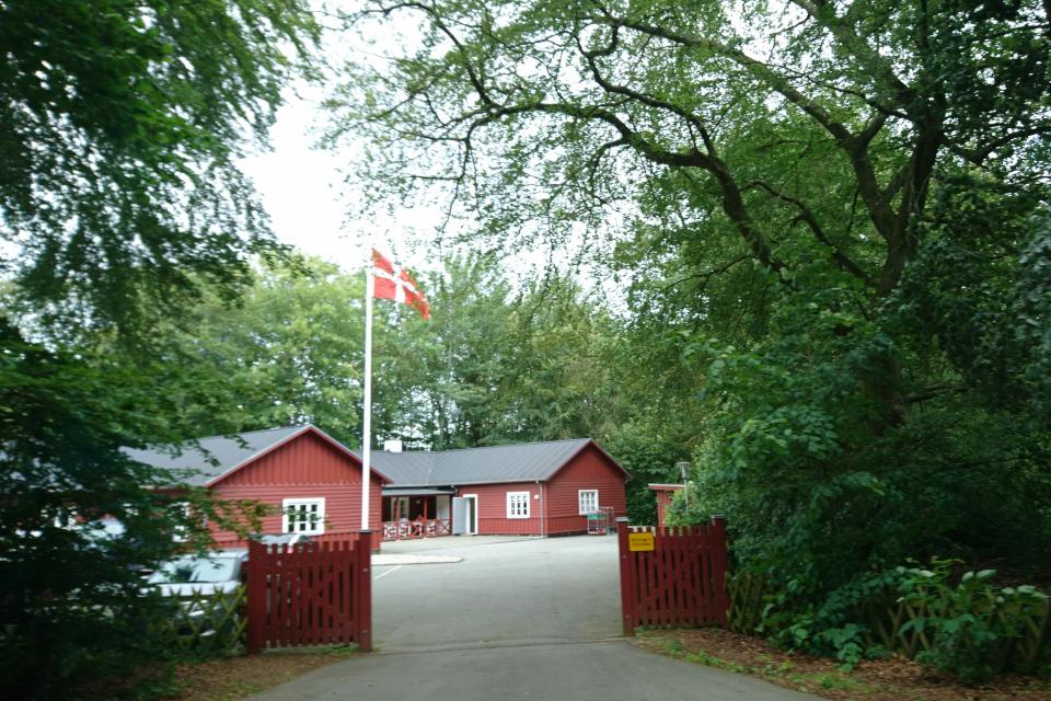 Флаг Даннеброг во дворе казарм Марселисборг