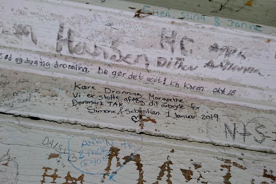 Надпись для королевы Маргрете II, сделанная в 2019 году в беседке Вилла Маргаринели