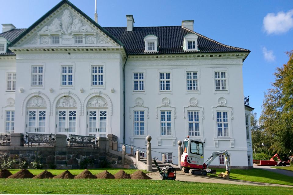 Работы по ремонту дорожки возле дворца Марселисборг