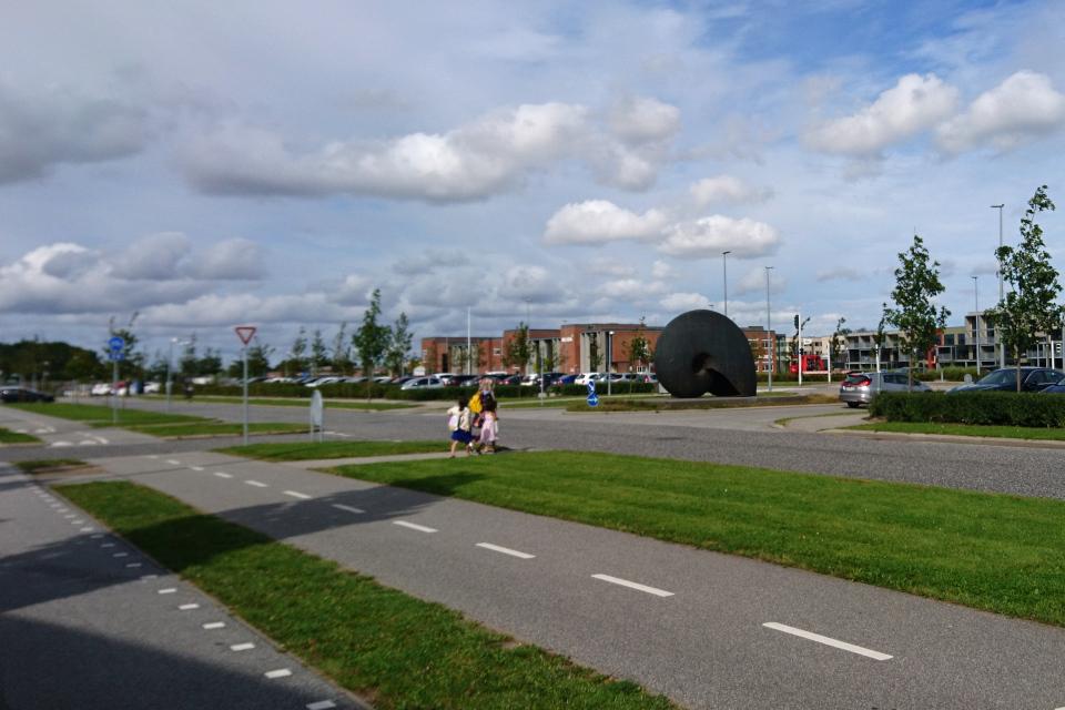 Скульптура - гигантский аммонит у одного из входа в больницу