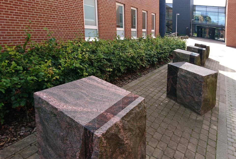 Гранитные камни у одного из входов в больницу