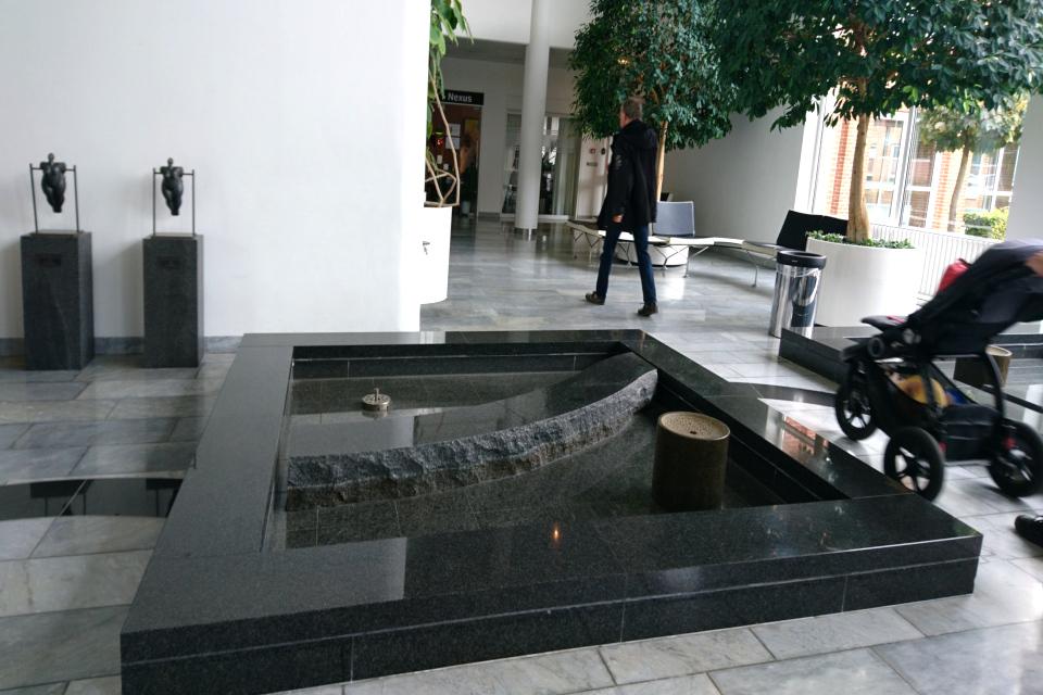 Фонтан и скульптуры в зале больницы. Фото 1 сент. 2019, г. Орхус / Aarhus N, Дания