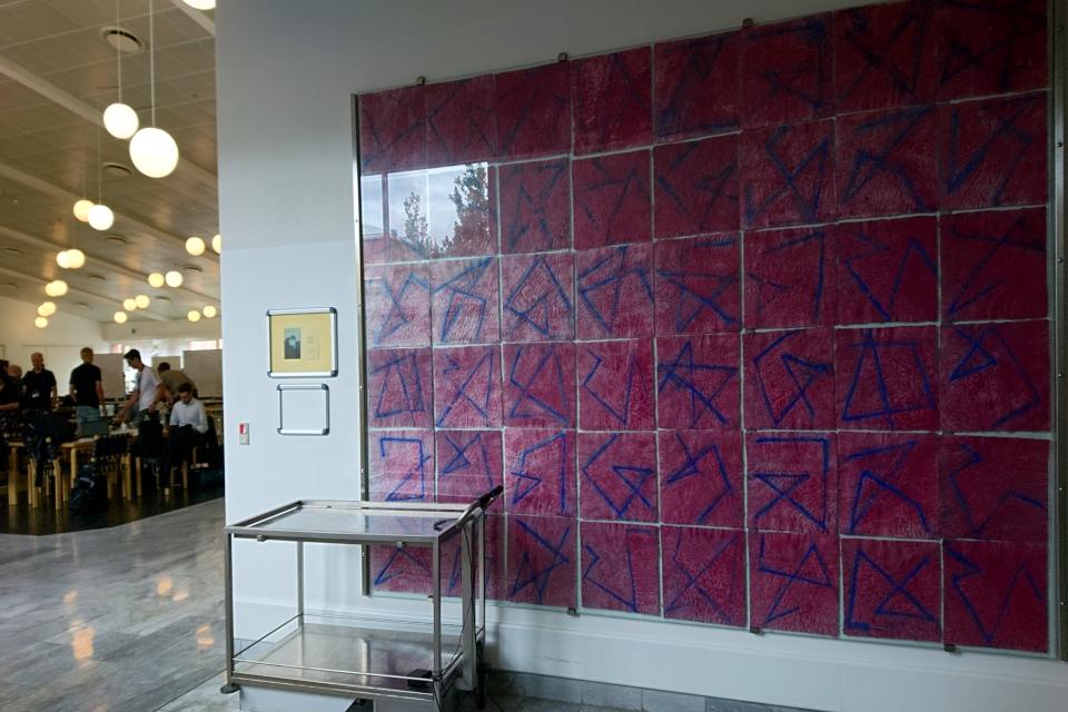 Картина с пошаговыми головоломками возле отдела Информационных Технологий