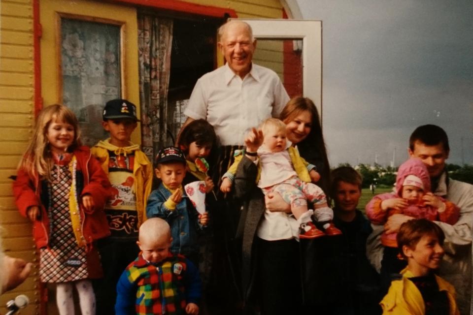 Клоун Олег Попов без грима, возле своего вагончика вместе с русскоговорящими детьми