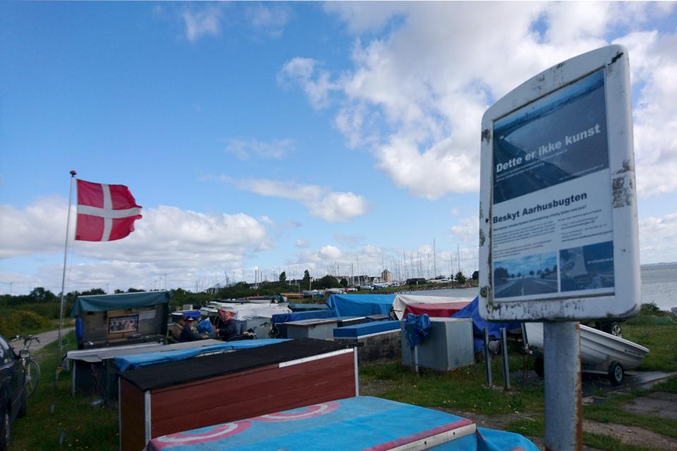 Табличка с протестом по поводу планов застройки побережья Тангкроэн в Орхусе