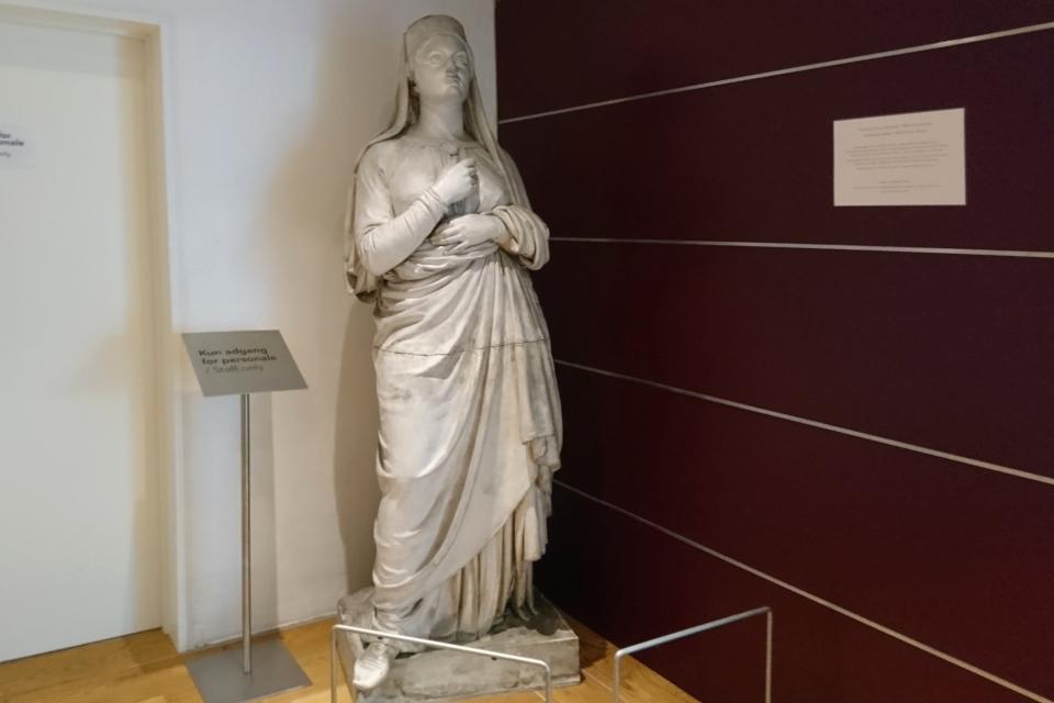 Скульптура жены короля Горм - королевы Тюра (дат. Dronning Thyra)