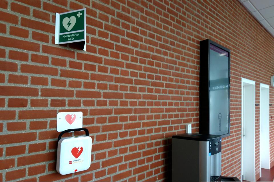 Дефибриллятор на стене в коридоре больницы. Фото 1 сент. 2019, г. Орхус / Aarhus N, Дания