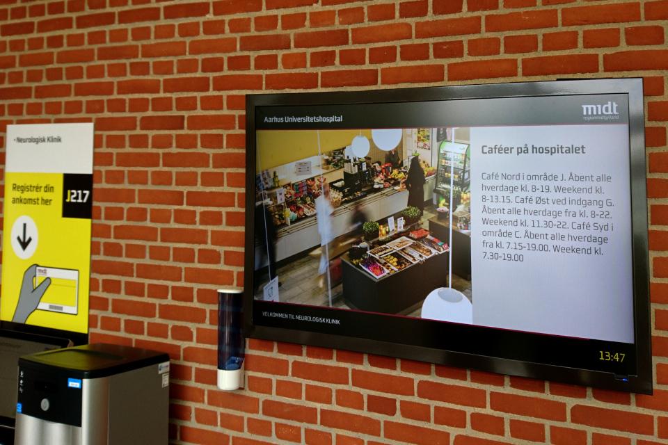 Рекламный монитор с информаций про время работы кафетерий