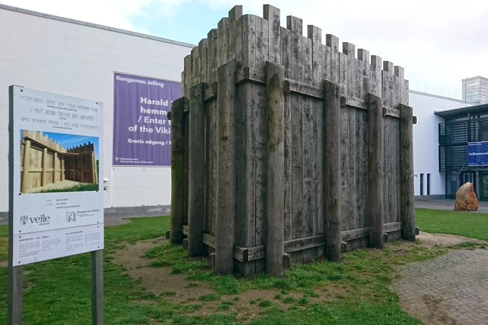 """Реконструкция части частокола, расположенная возле музея """"Дом королей викингов"""""""