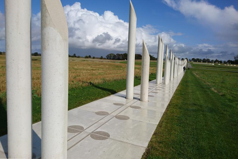 Бетонные столбы на месте найденных следов от бывшего частокола Еллинг