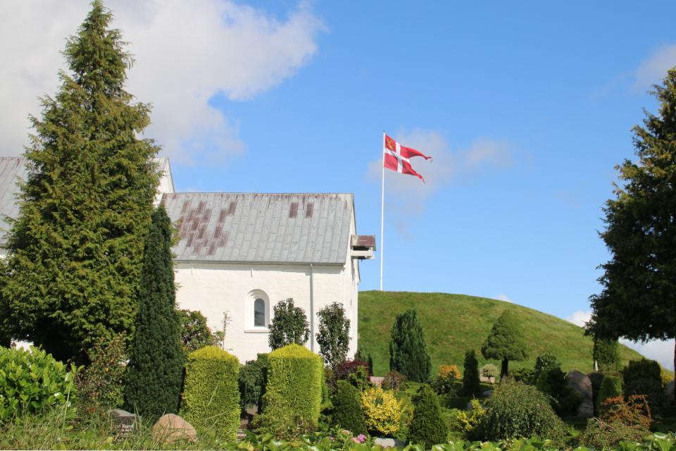 Церковь возле Северного кургана, где возможно был перезахоронен король Горм