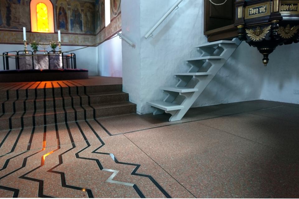 Фигурная линия светлого цвета на полу церкви указывает на место