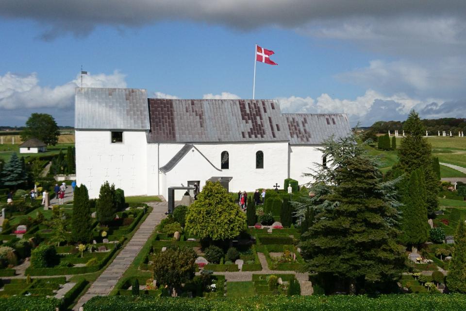 Церковь Еллинг во дворе которой находятся рунные камни.