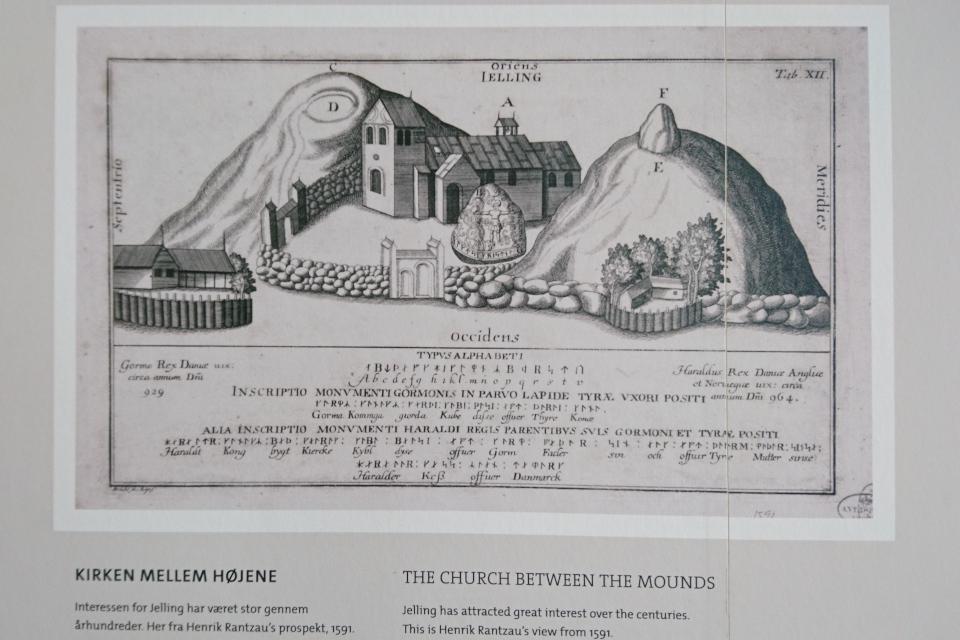 Рунный камень, курганы и церковь Еллинг на иллюстрации 1591 г