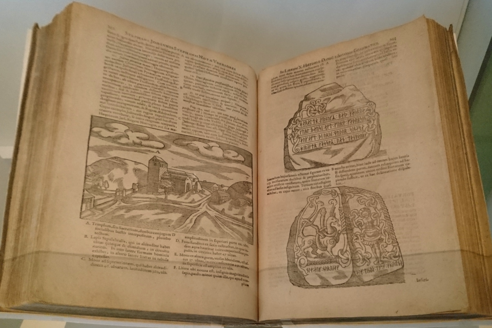 Иллюстрация трех сторон большого рунного камня в книге Саксона Грамматика