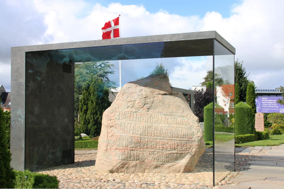 Большой рунный камень Харальда. Фото 5 сент. 2019, Еллинг / Jelling, Дания