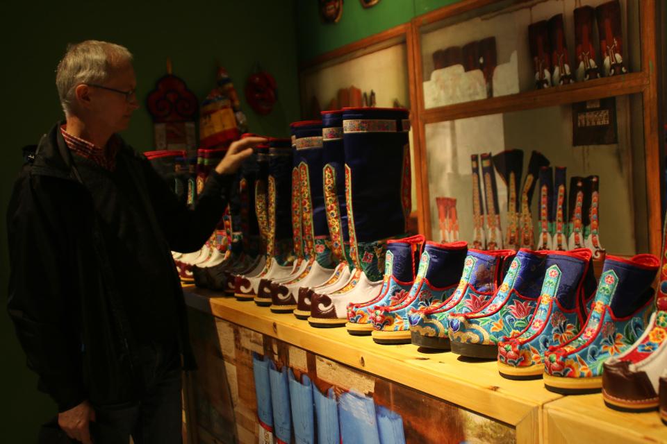 Бутанский сапоги на выставке обуви в музее Мосгорд, Дания