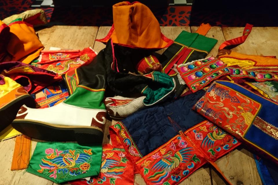 Вышитые материалы, которые используются для изготовления бутанских сапог