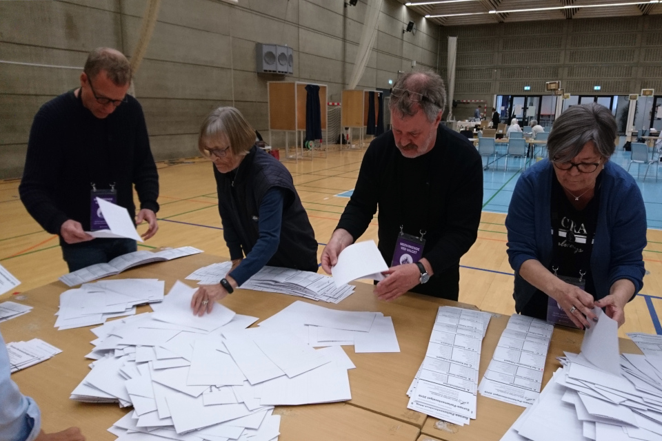 Сортировка бюллетеней и подсчет голосов. Фото 26 мая 2019, г. Холме / Holme, Дания