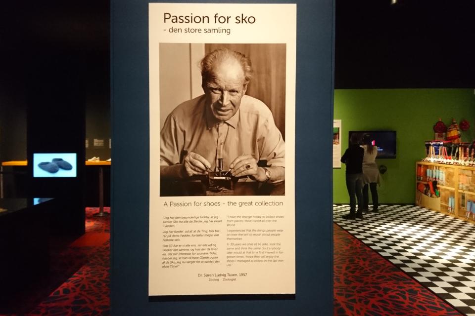 Плакат с фотографией Сёрен Туксен (Søren Tuxen) у входа на выставку обуви