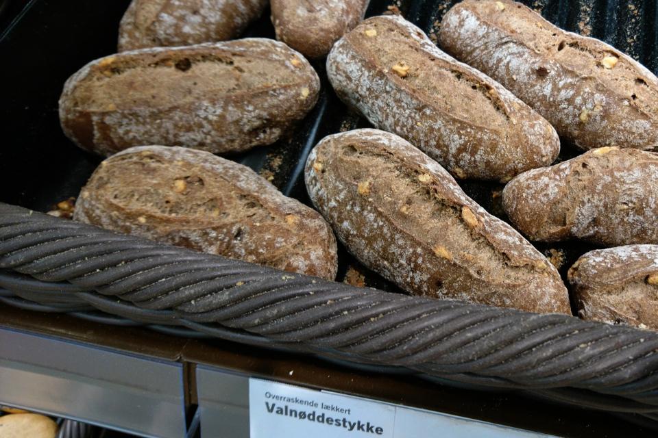 Булочки с грецким орехом (valnødderstykke) в булочной супермаркета
