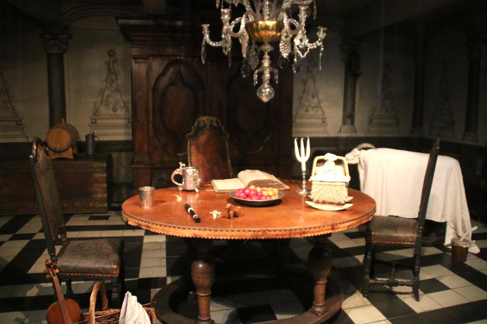 Яблоки и грецкий орех украшают рождественский стол в зале бургомистра, 1723 год.