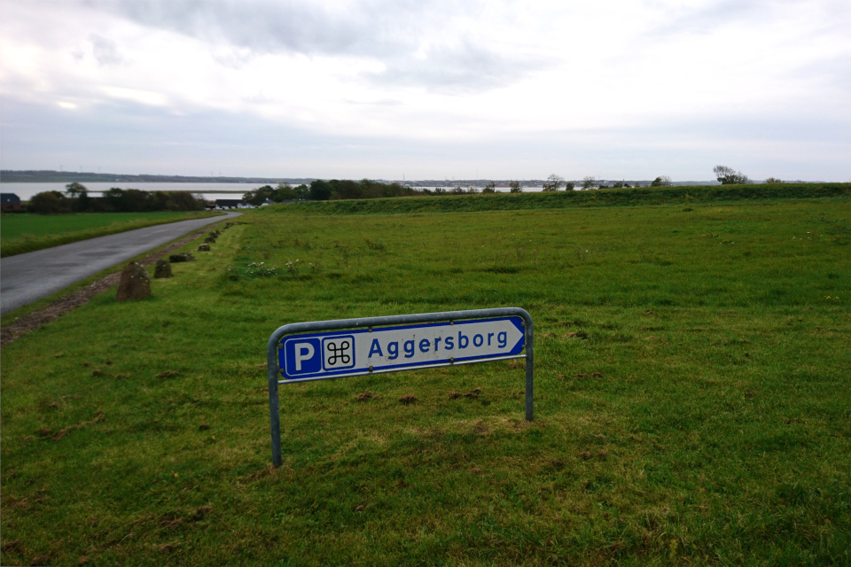 Дорожный указатель, направляющий к крепости Аггерсборг и парковке