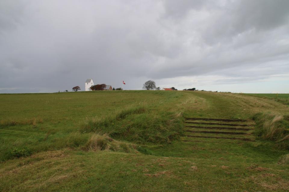 Вид на церковь и музей с земляного вала крепости Аггерсборг