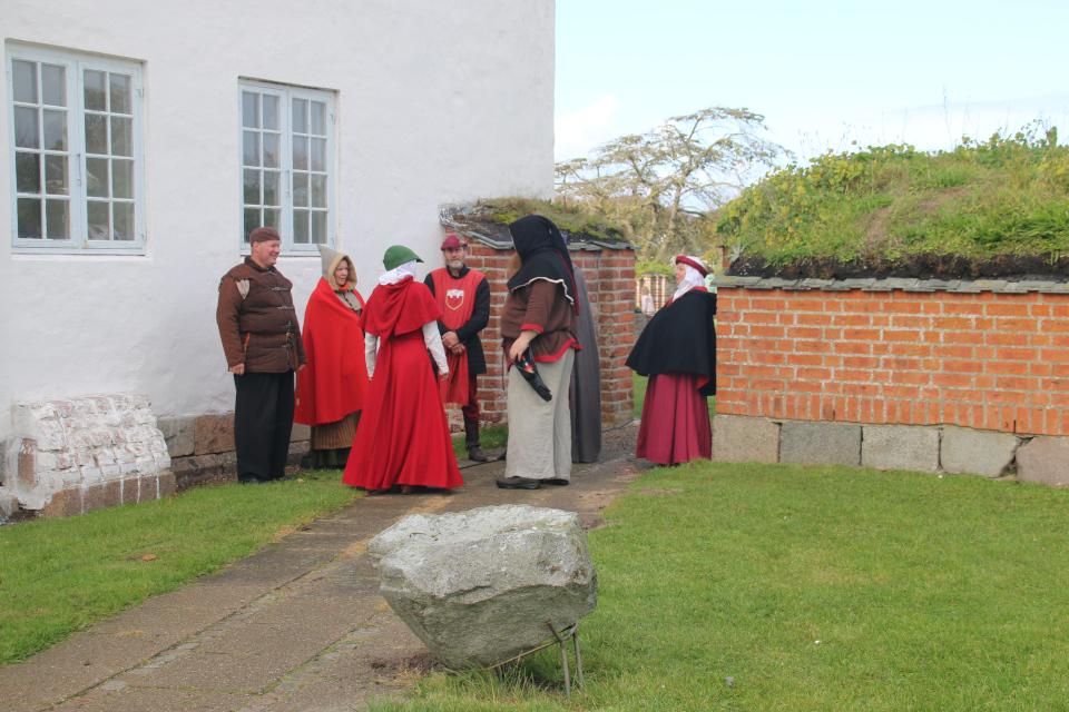 Участники Средневекового фестиваля Витскол возле руин бывшей церкви
