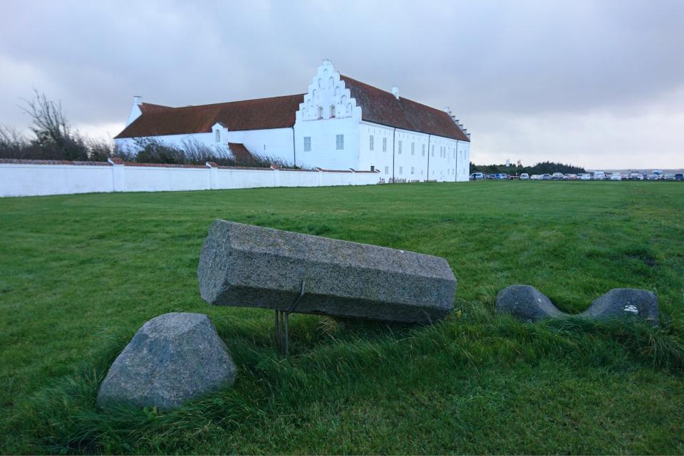 Остатки развалин бывшей церкви возле монастыря Витскол, Дания