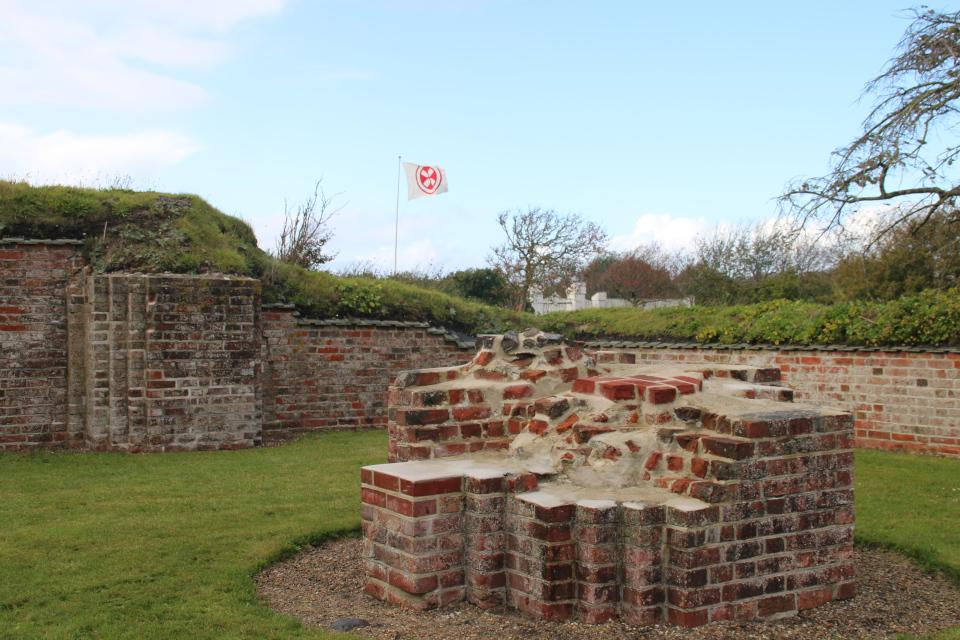 Флаг с символом монастыря Витскол возле руин бывшей церкви, Дания