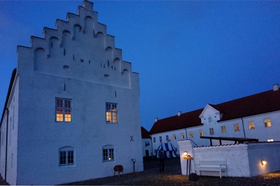 У входа во двор монастыря Витскол. Фото 12 окт. 2019, г. Ранум / Ranum, Дания