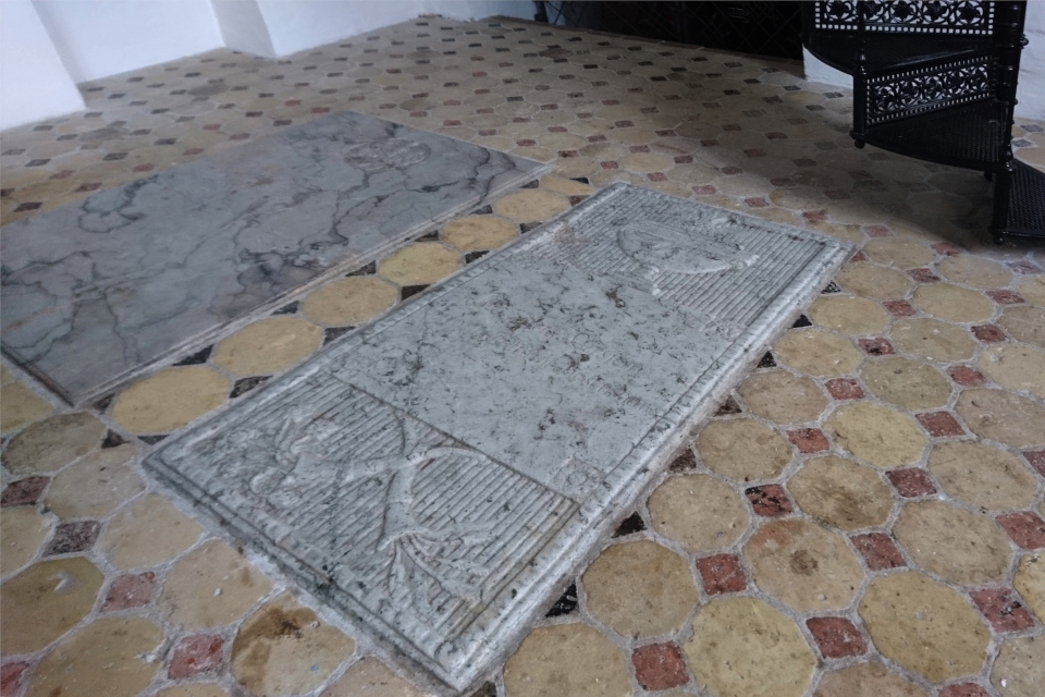 Плиты на месте захоронения хозяев поместья - мужа и жены De Lasson