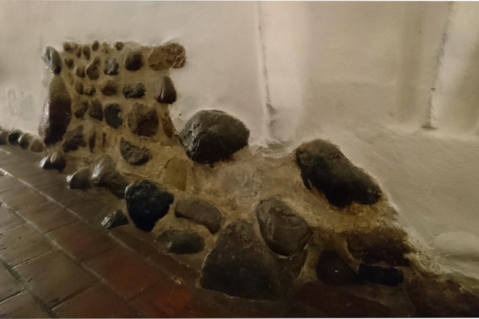 Сохранившийся каменный фундамент первых построек монастыря Витскол