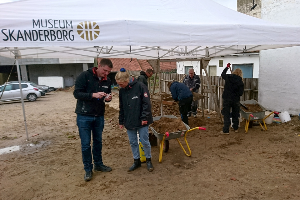 Историки и археологи на раскопках. Munkekroen, Скандерборг.Фото 17 окт. 2019