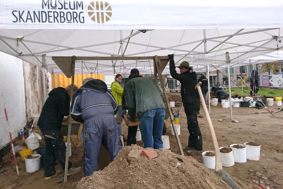 Просеивание грунта при археологических раскопках,Скандерборг.Фото 17 окт. 2019