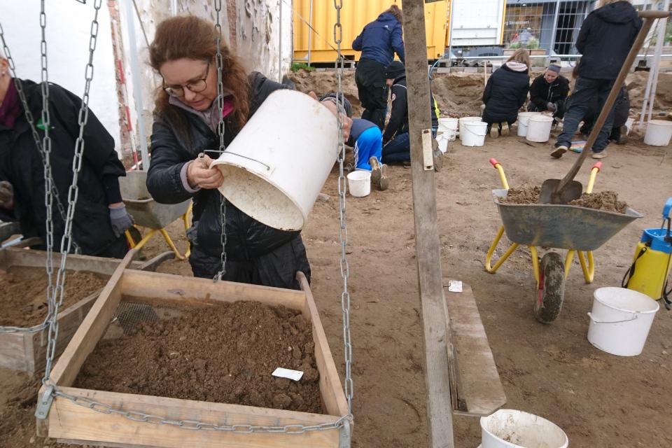 Просеивание грунта при археологических раскопках старой гостиницы Munkekroen