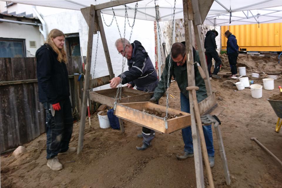 Просеивание грунта при археологических раскопках, Скандерборг.Фото 17 окт. 2019