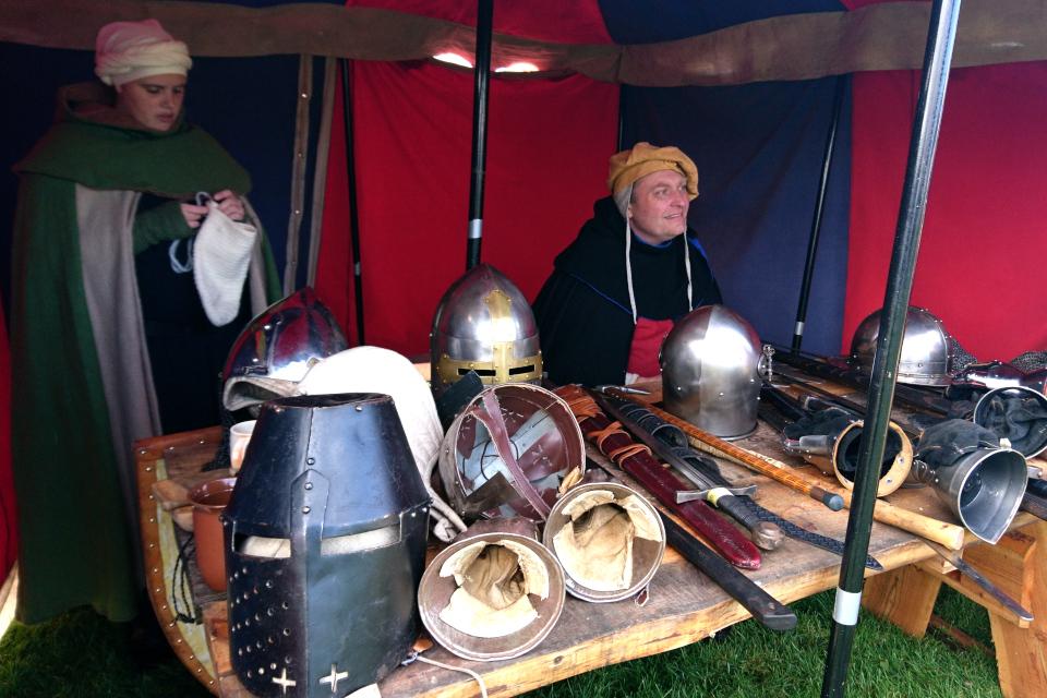 Торговец оружием. Средневековый фестиваль в монастыре Витскол