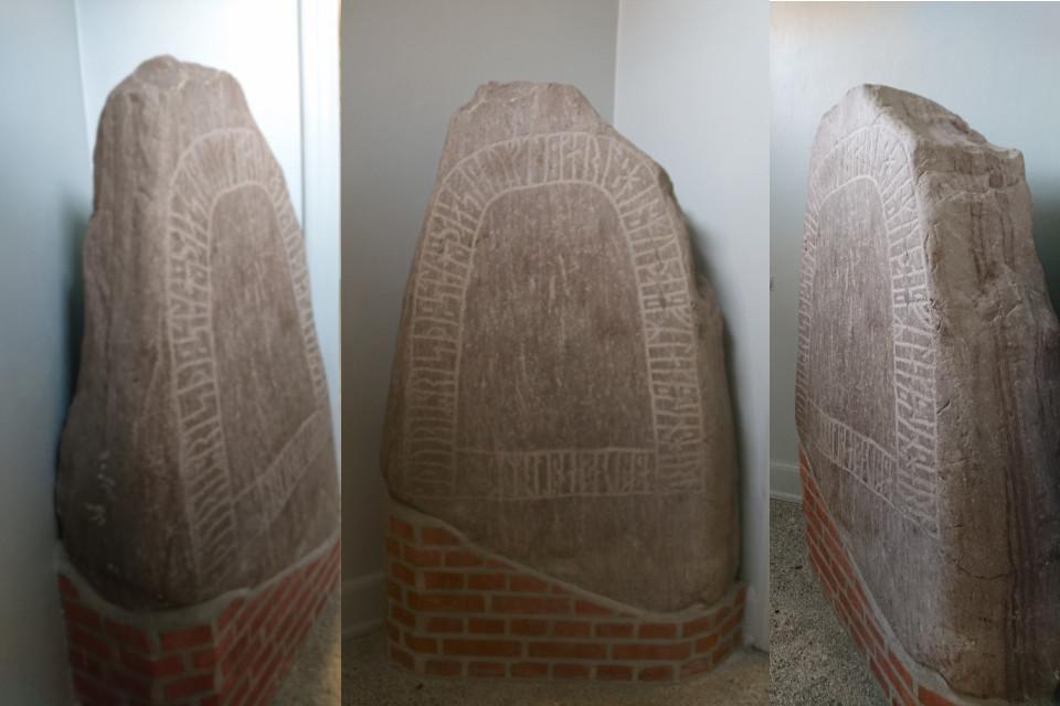 Рунный камень с трех сторон. Фото 1 окт.2019, библиотека г. Хобро / Hobro, Дания