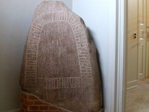Рунный камень Хобро