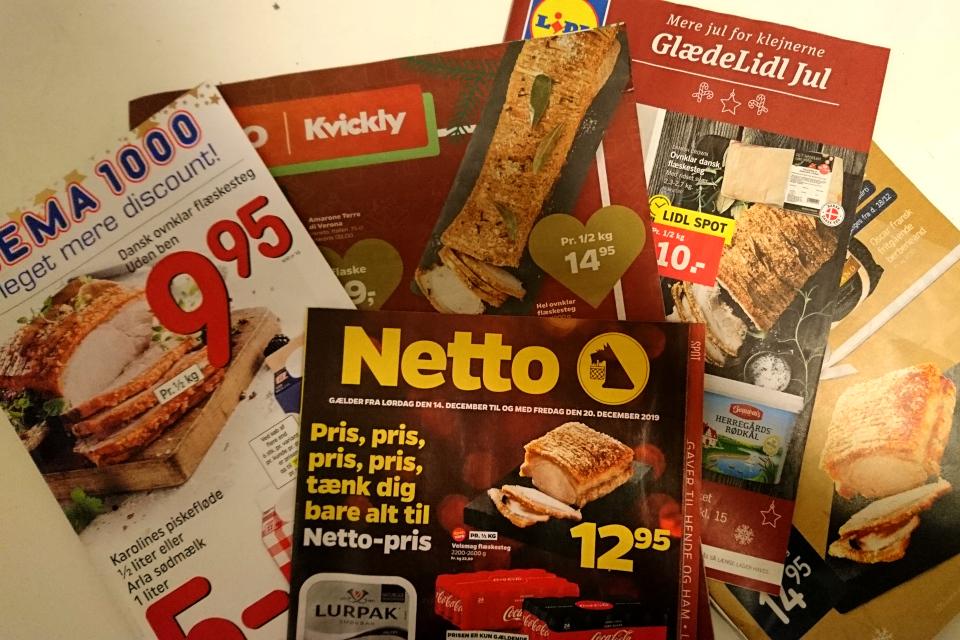 Реклама флэскестай (flæskesteg) на первых страницах рекламных газет датских супермаркетов