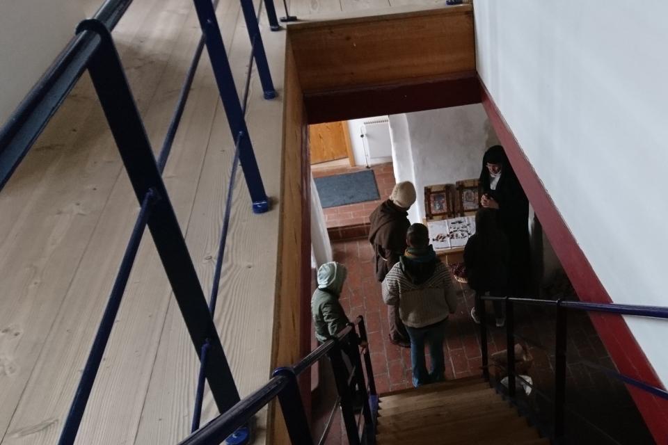 Монашка в бывшем монастыре Витскол. 12 окт. 2019