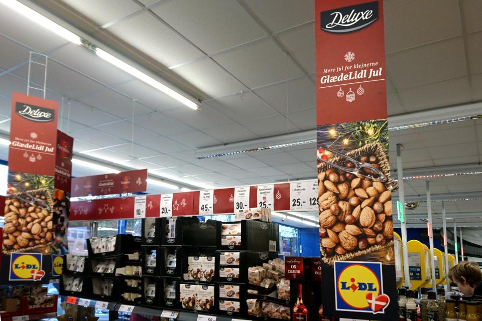 Орехи на рекламе рождественской еды в магазине Лидл