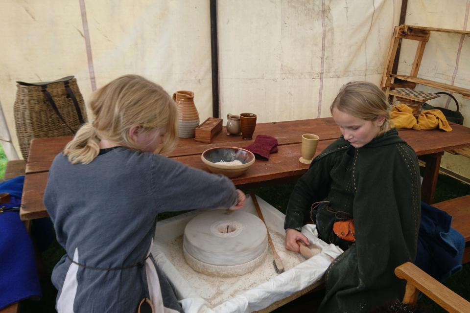 Ручные жернова. Средневековый фестиваль в монастыре Витскол