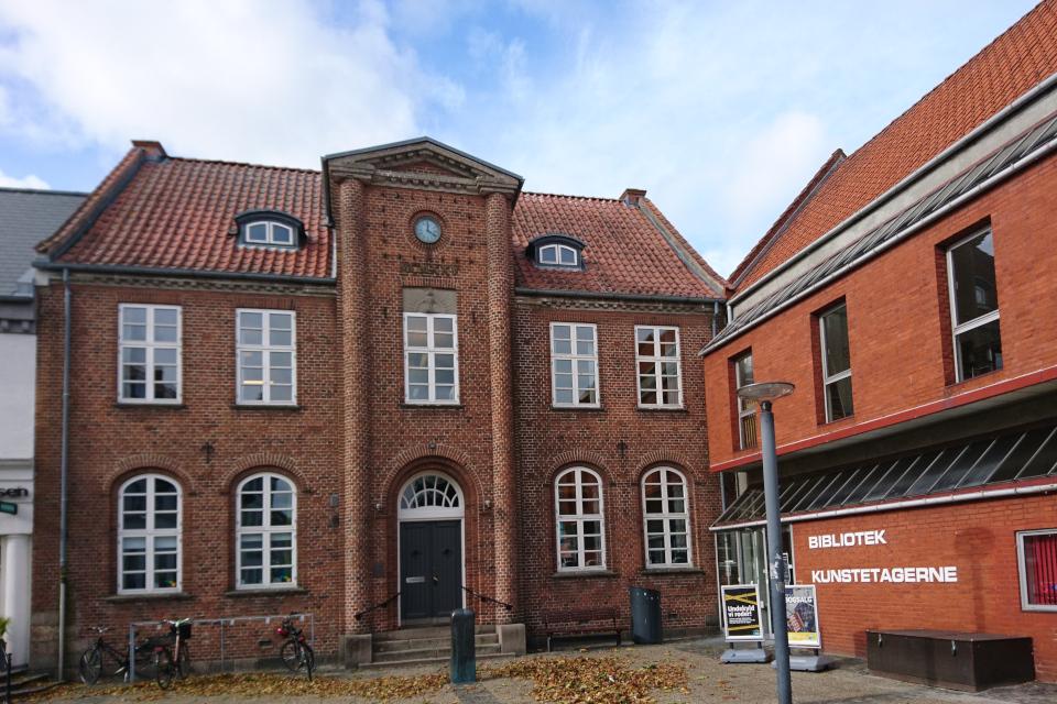 Библиотека, в которой у входа хранится рунный камень. Фото 1 окт. 2019, г. Хобро, Дания