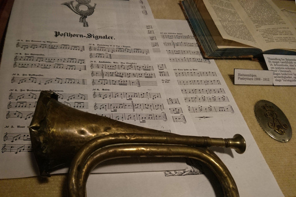 Почтовый рожок (Posthorn) и ноты с мелодиями, исполняемыми на рожке